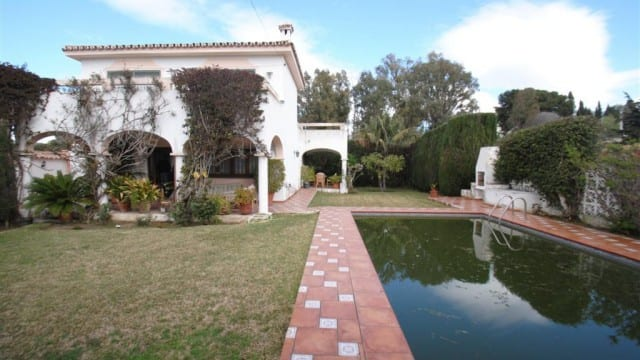 Golden mile Marbella Beachside villa to reform €589.000