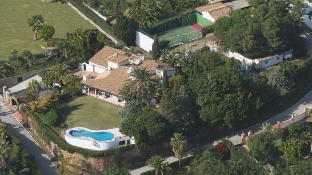 El Paraiso villa on large plot with tennis court