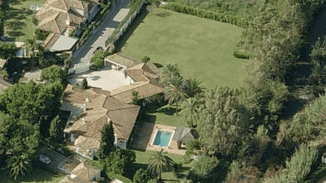 West of Marbella.Large Mansion to reform on 4121 m2 plot.
