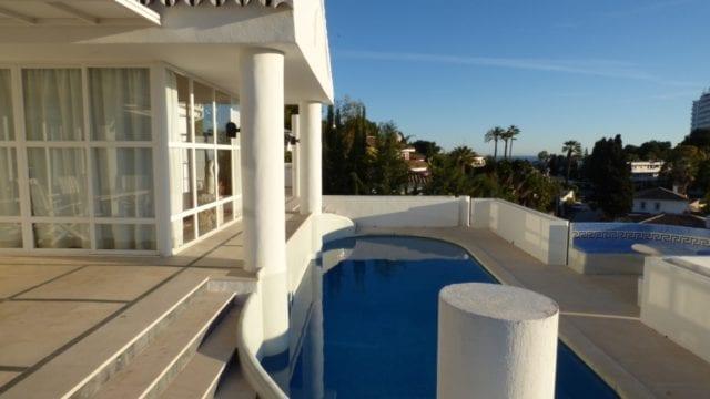 Nueva Andalucia south west facing villa with sea views