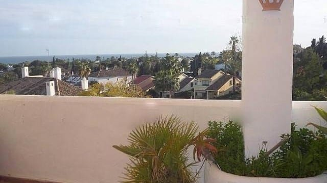 Nueva Andalucia large apartment with sea view