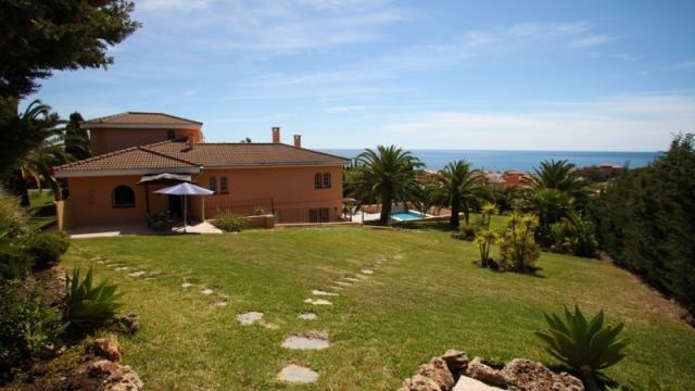 Estepona villa avec 3 appartements vue sur la mer for Club piscine lafontaine