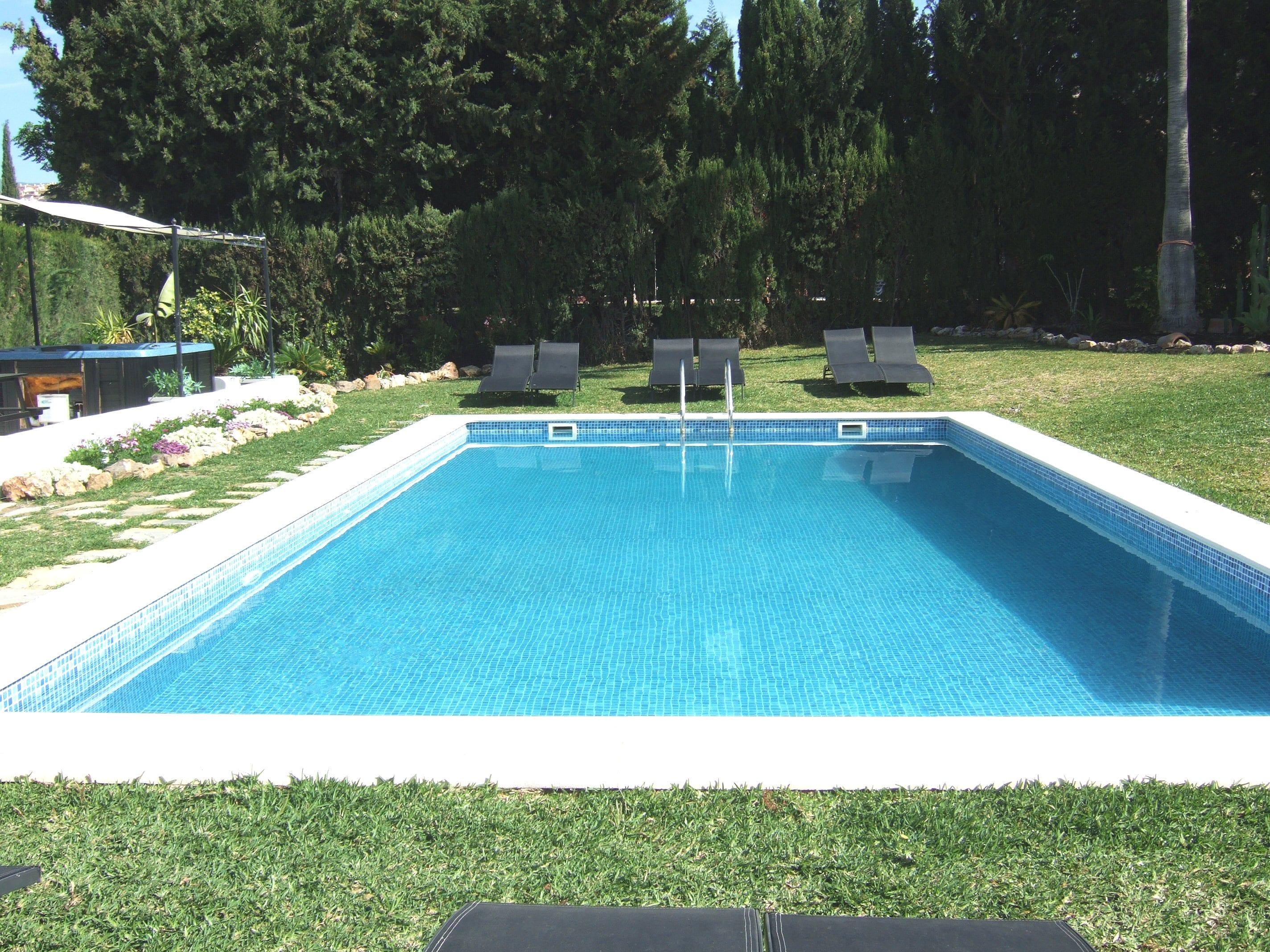 Nueva andalucia 8 bedroom villa for sale rent for Heated pools for sale