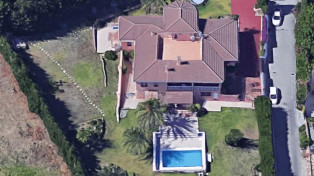 Estepona Villa with 3 apartments & sea views.