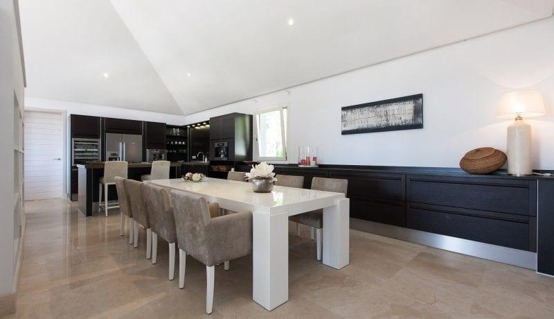 De madro al benahavis modern villa te koop - Kleedkamer suite badkamer kleedkamer ...