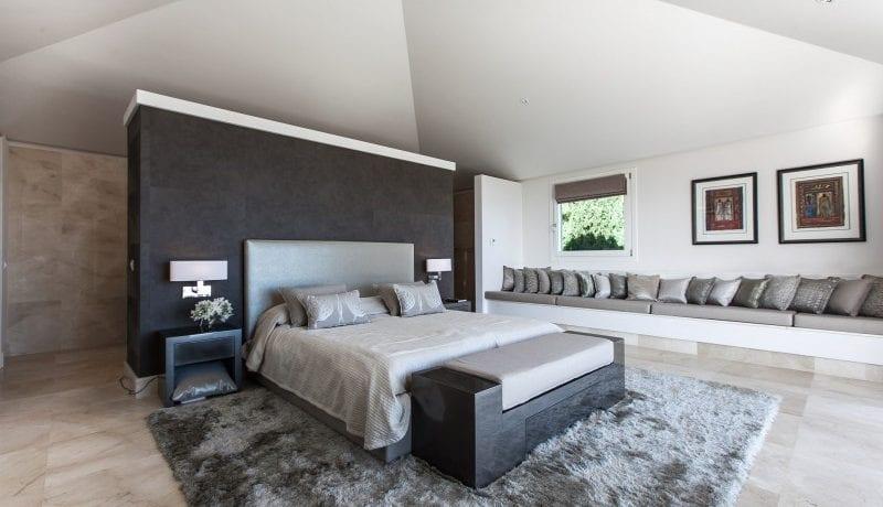 De madro al benahavis modern villa te koop - Ouderlijke suite met badkamer en kleedkamer ...