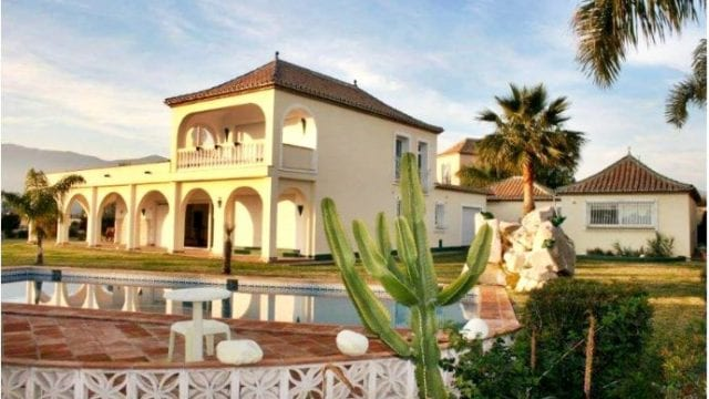 Bargain villa in Estepona with sea views
