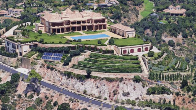 Note wine plants on the front of Roca del Rey La Zagaleta