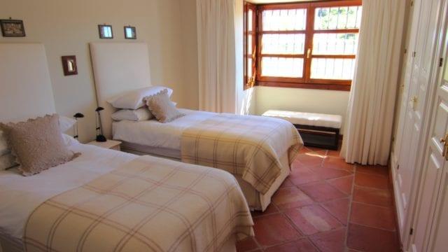 12 Guest bedroom s