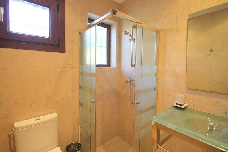 Benahavis villa met 5 auto garage te koop - Ouderlijke suite met badkamer en kleedkamer ...