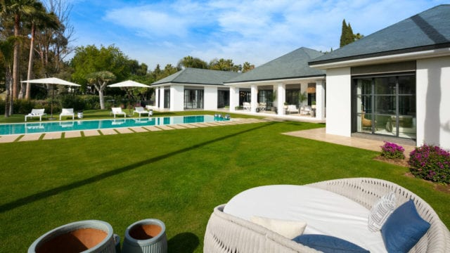 Nueva Andalucía Fully Furnished Quality Villa for sale 1st Line Golf