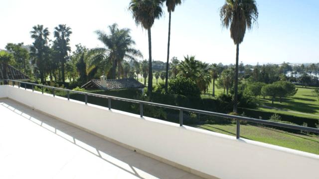 Nueva Andalucía 1st line golf villa for sale