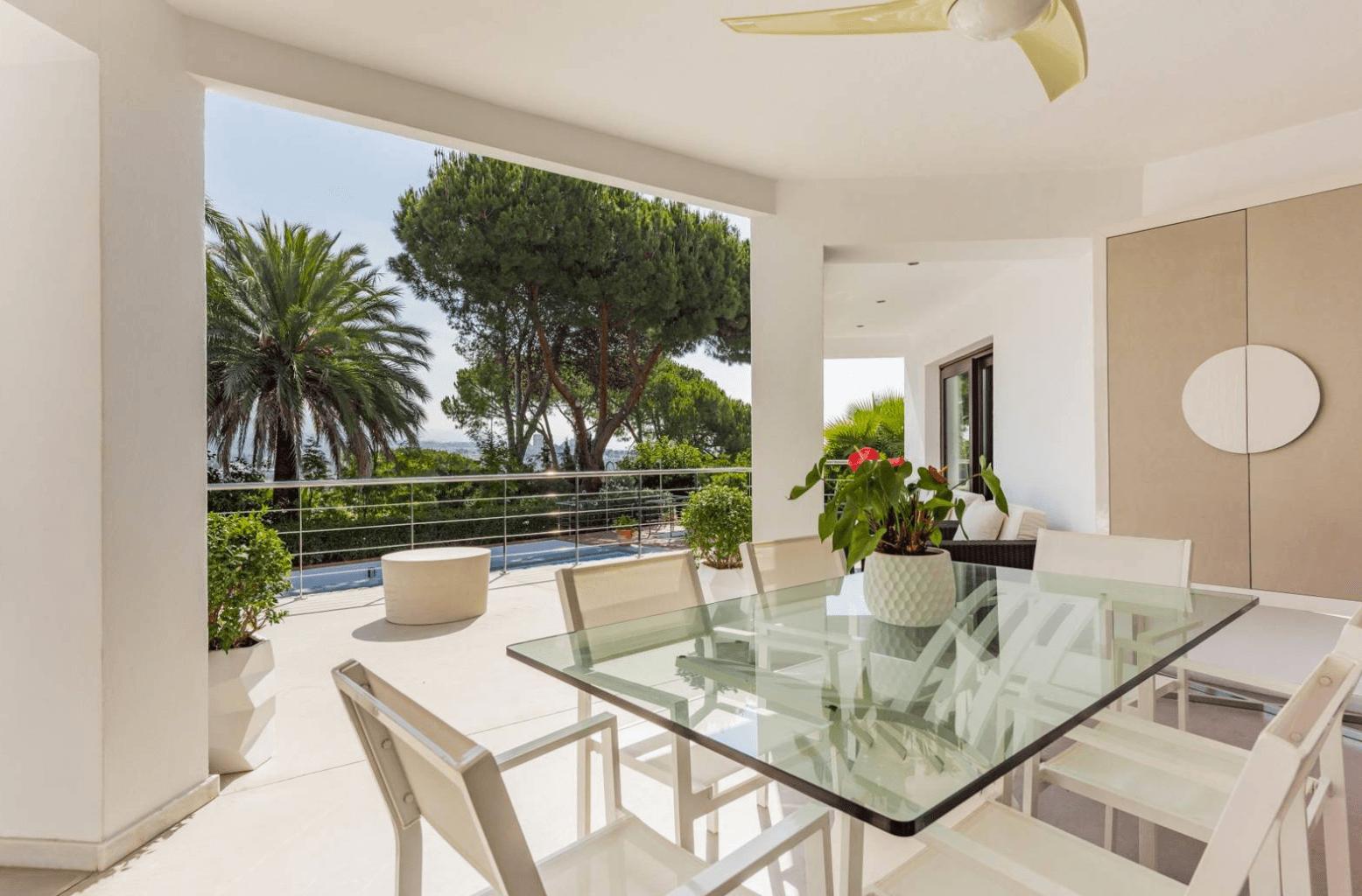 nueva andalucia moderne villa mit dachterrasse. Black Bedroom Furniture Sets. Home Design Ideas