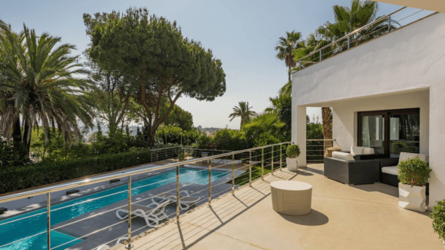 Nueva Andalucia Modern villa with roof terrace