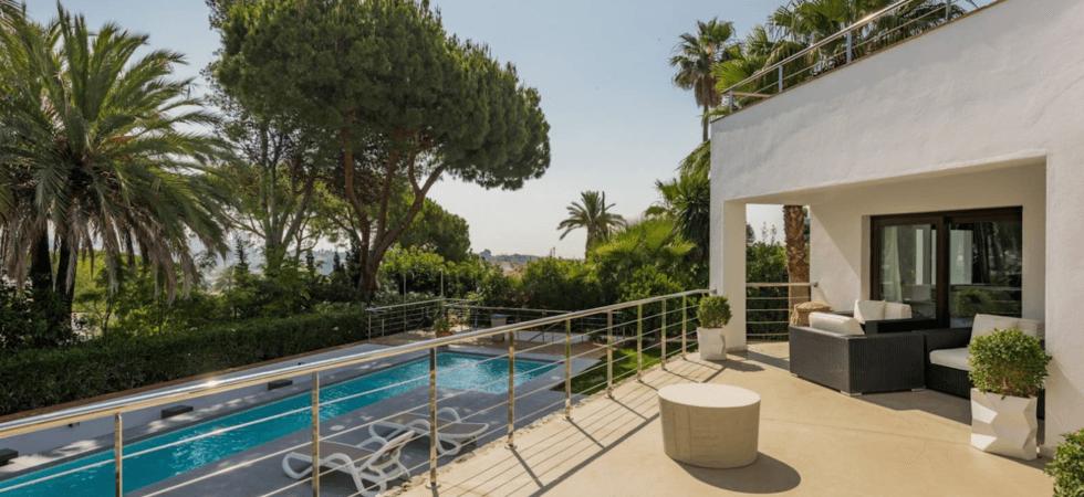 nueva andalucia villa moderne avec terrasse sur le toit. Black Bedroom Furniture Sets. Home Design Ideas
