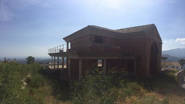 Behind Puerto Banus. Unfinished villa with sea views 1255m2 interior m2