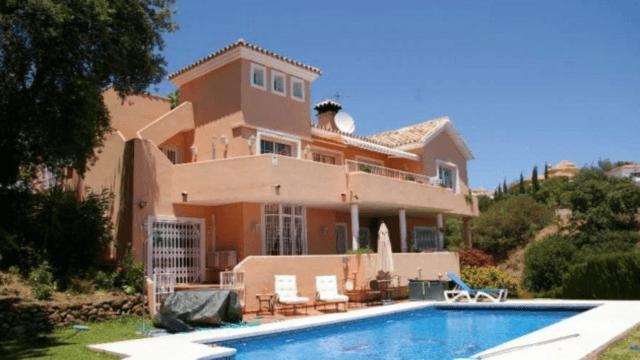 Calahonda Bargain villa with Seaviews