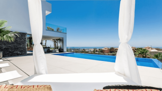 Modern villas with sea views for sale 10min west of Puerto Banus