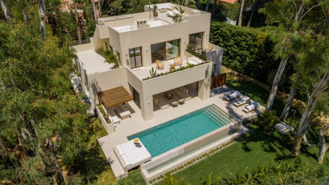 Los Monteros 5 bedrooms villa for sale & rent